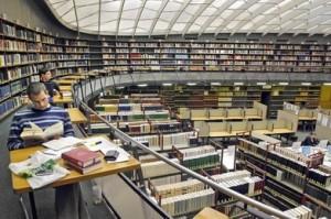 Lesesaal der Bibliothek im KG IV