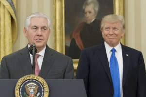 Donald-Trump-vereidigt-Rex-Tillerson-als-Auenminister-der-USA-Rex-Tillerson-L-delivers-remarks-after-being-sworn-in-as-Secretary-of-