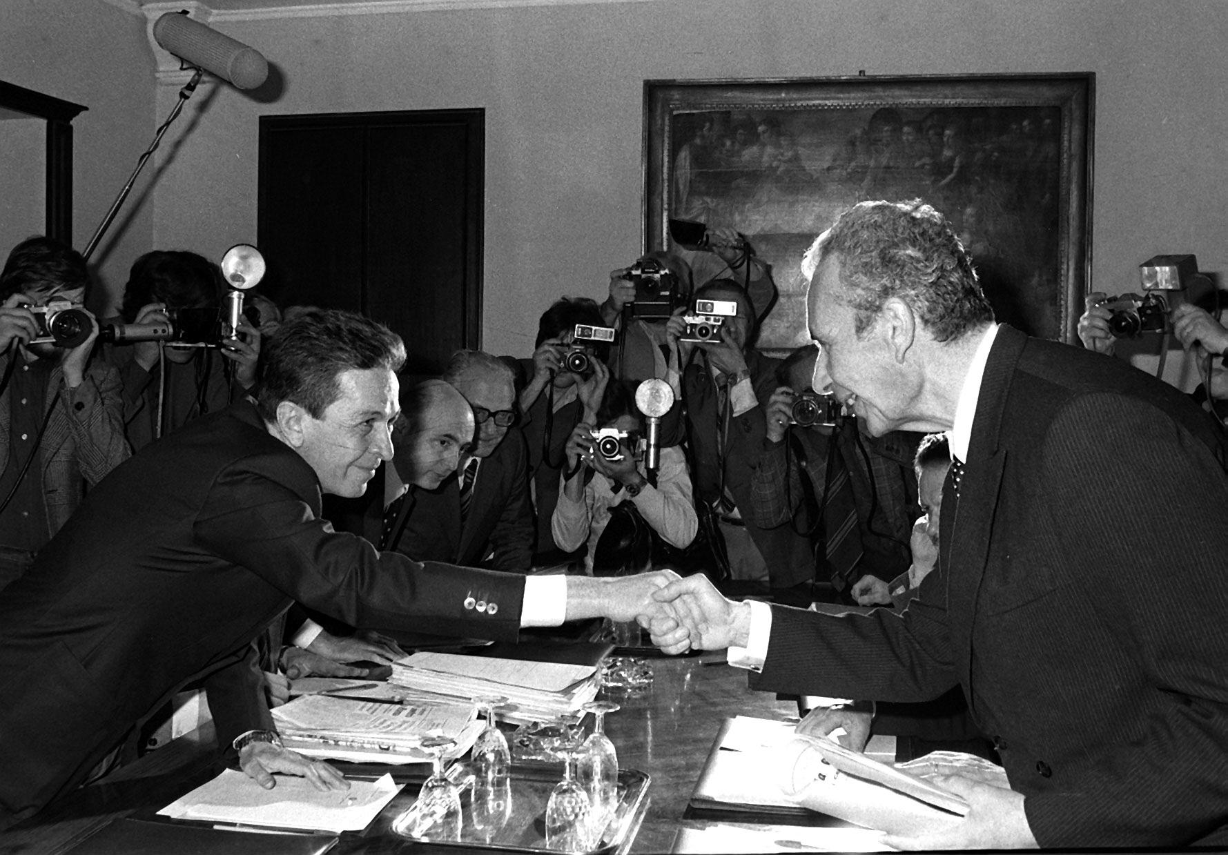 """Con Aldo Moro l'Italia ha un conto aperto. La sua morte tragica negli anni della violenza terroristica, ancora oggi oggetto di un sentimento collettivo che oscilla tra la rimozione e il senso di colpa, ha fatto sì che la sua figura finisse rubricata nella sezione """"Delitti e misteri"""" della storia dell'Italia repubblicana. Ciò ha dunque impedito la sedimentazione di un giudizio minimamente e obiettivo sull'opera politica da lui svolta nel corso dei decenni e che lo ha visto ricoprire le massime cariche politiche: da """"padre costituente"""" a ministro,"""