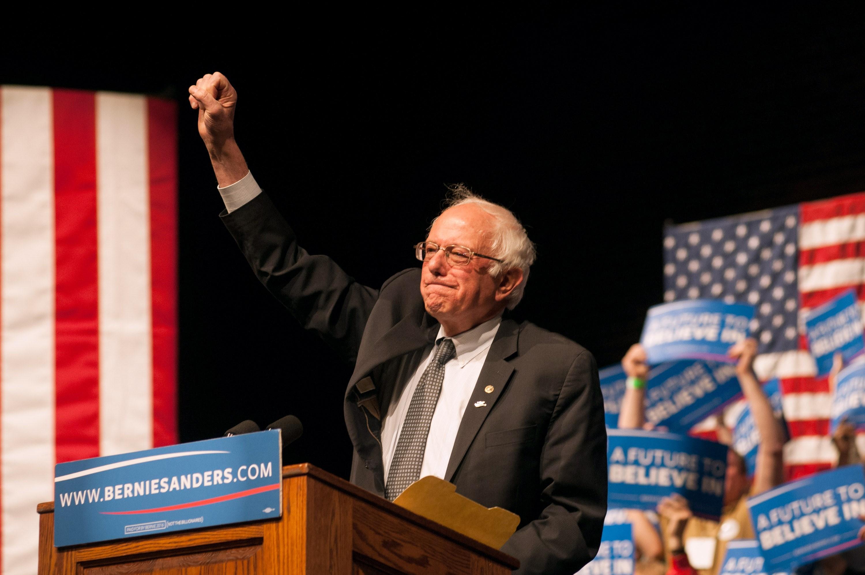 di Luca Marfé L'elenco dei canditati democratici si allunga di giorno in giorno, ma in cima alla lista del nuovo sogno americano c'è un solo nome. Ed è quello di Bernie Sanders. Il senatore del Vermont, classe 1941 ma forte di quell'aria da giovane rivoluzionario della politica, ci riprova e lo annuncia con delle parole che sono già Storia. Con i cuori che battono a sinistra che ricominciano, finalmente, a rimettere in circolo le loro speranze.