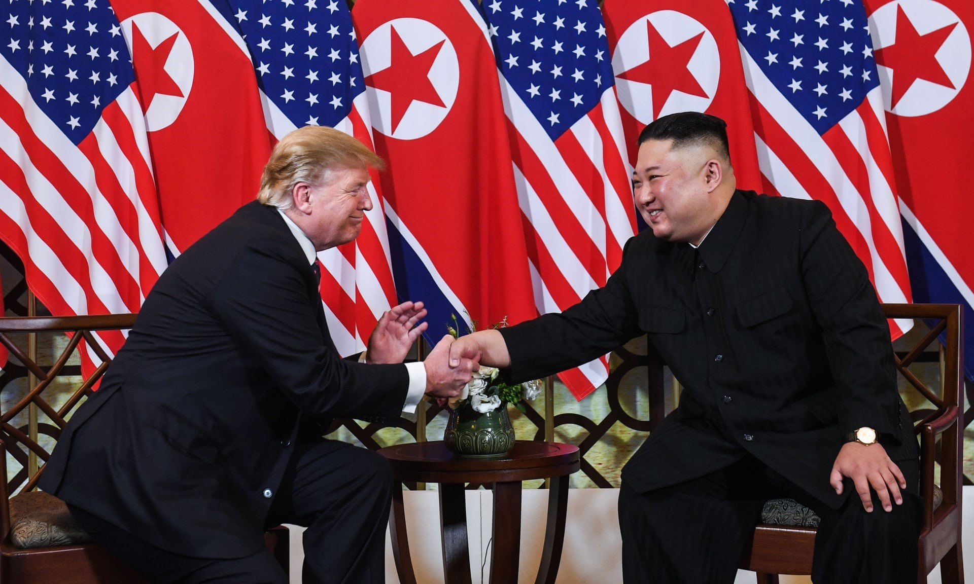 di Luca Marfé Donald Trump e Kim Jong-un. Occhi negli occhi, mano nella mano, con il Vietnam di nuovo crocevia del mondo intero. Questa volta, però, scenario di pace e non di guerra. Eccoli in posa, a favore di macchine fotografiche e telecamere. E poi ancora, un attimo dopo, seduti attorno al tavolo di una cena che è già Storia. Ecco com'è andata. Ecco il summit di Hanoi in 7 punti.  A dispetto dell'attesa,