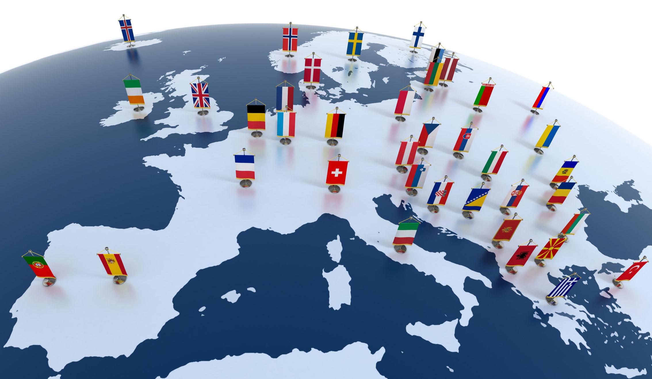 """di Valerio Acri """"L'Europa non potrà farsi in una sola volta, né sarà costruita tutta insieme; essa sorgerà da realizzazioni concrete che creino anzitutto una solidarietà di fatto"""". Quando il 9 maggio 1950 l'allora ministro degli Esteri francese Robert Schuman prese la parola nella Sala dell'Orologio dell'omonimo dicastero di Parigi lo fece per dar voce a un grido di pace che emanava dalle macerie della Seconda Guerra Mondiale riecheggiando in ogni angolo del Vecchio Continente."""