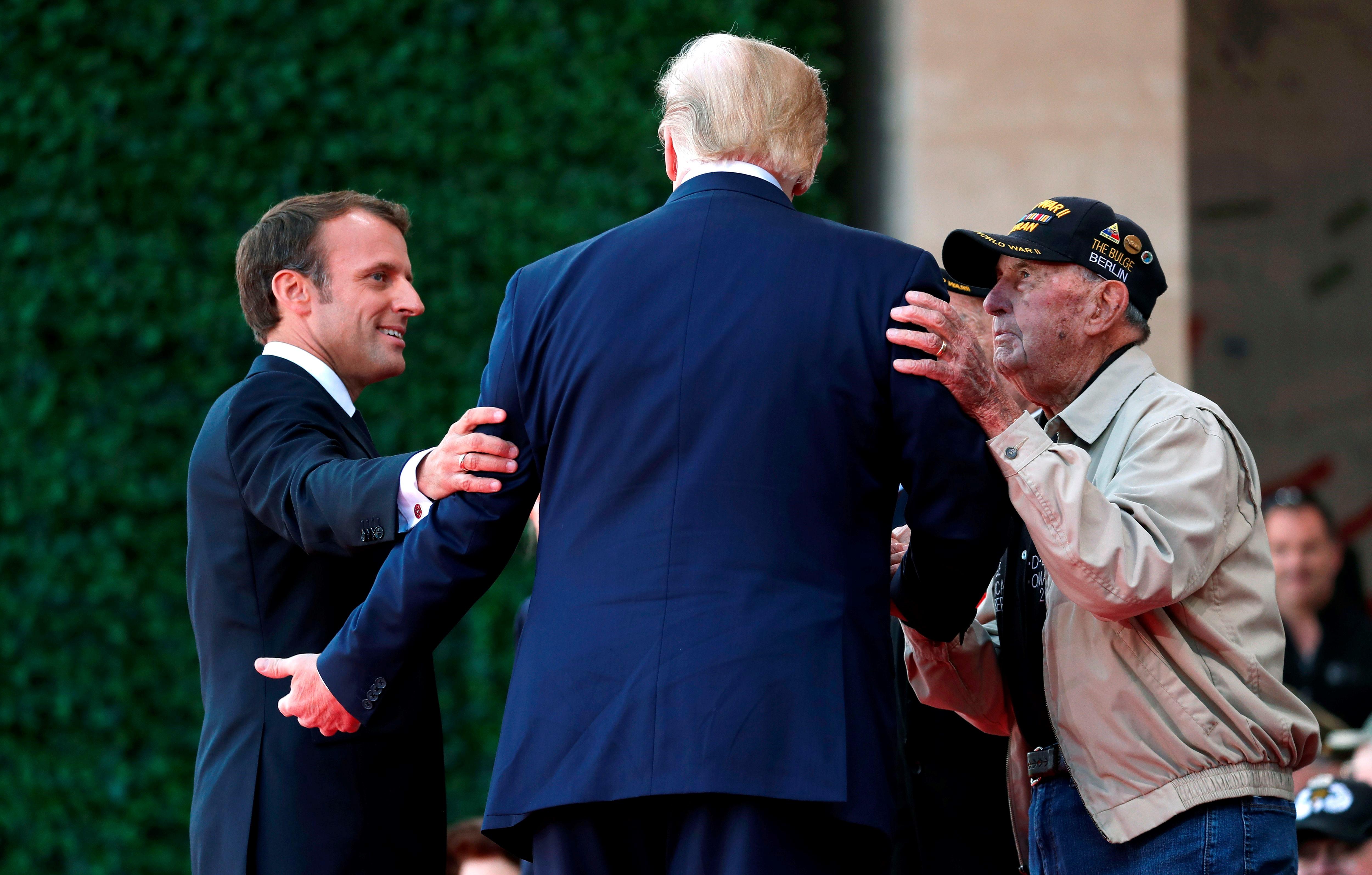 """di Luca Marfé Il D-Day, l'Operazione Overlord, alla lettera quella del """"Signore Supremo"""". Il capolavoro di mezzi, uomini, muscoli, coraggio e depistaggio con cui gli Stati Uniti invasero la Normandia mossi dall'obiettivo di liberare la Francia prima e l'Europa intera poi. I britannici erano cauti, gli americani no. Erano addirittura impazienti. E allora eccola: via ad una delle più grandi manovre militari di tutti i tempi. Una di quelle che avrebbero dato un senso nuovo alla parola """"Libertà""""."""