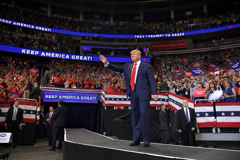 di Luca Marfé La campagna elettorale non è finita mai, ma questa volta ricomincia per davvero. Donald Trump è a Orlando, in Florida. Cammina avanti e indietro su un palco immerso in una folla rossa e festante. «Make America Great Again», si legge sui cappellini di migliaia e migliaia di sostenitori. «Keep America Great», rilanciano gli schermi e grida lui, svelando così la riedizione di uno slogan che, comunque lo si voglia leggere, è già entrato di diritto nella storia degli Stati Uniti.