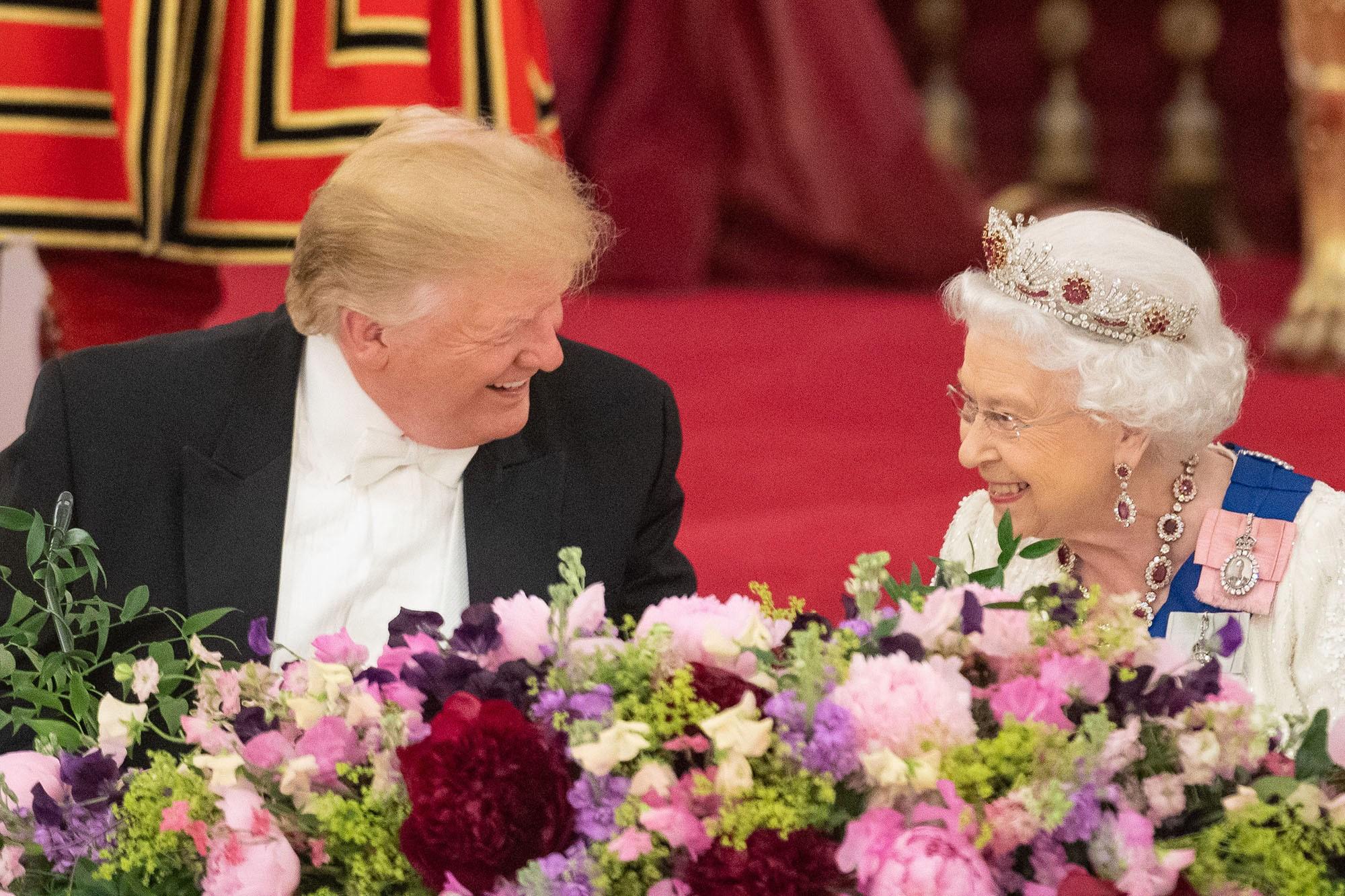 di Luca Marfé Seduti a capotavola, sorridenti e fianco a fianco, dalla stessa parte della Storia. Donald Trump e la regina Elisabetta, Stati Uniti e Regno Unito, con l'Europa alla finestra a guardare la rinascita di un'amicizia che è già quasi un'alleanza. Tutto molto complesso, tutto molto delicato. Tutto, però, nelle mani dell'esperienza del sovrano della dinastia britannica, ultimo grande gigante del nostro tempo. Tutto perfetto, dunque. 93 primavere, 66 anni e un giorno di regno,