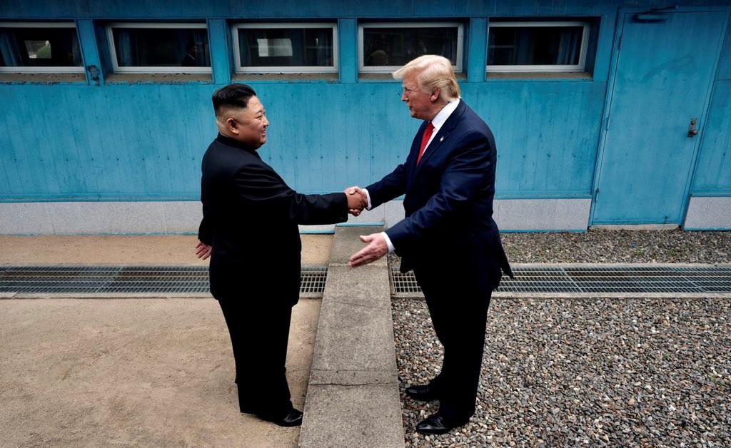 di Luca Marfé Doveva essere il weekend di Trump-Xi, è diventato quello di Trump-Kim. Vigilia di G20, gli occhi del mondo sono puntati sul bilaterale più atteso dell'anno. Donald Trump e Xi Jinping si incontrano a margine dei lavori di Osaka, discutono di dazi, si concedono una tregua. Gli Stati Uniti allentano la presa su Huawei, la Cina promette di spendere in forniture, prodotti agricoli e generi alimentari a stelle e strisce. Una nuova distensione,