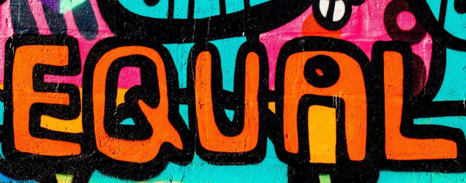 """di Carlo Marsonet L'espressione """"giustizia sociale"""" è tanto pervasiva quanto si presta a molteplici usi (e abusi). Sotto tale ombrello, infatti, è possibile farci stare un po' tutto: un rimedio per ingiustizie e diseguaglianze economiche, discriminazioni di genere, di appartenenza razziale e financo violazioni della dignità della propria religione. Insomma, qualsiasi presunto torto subito da un individuo, ma ancor più da un gruppo, in nome della giustizia sociale si invoca l'intervento di un'autorità volta a redimerlo,"""
