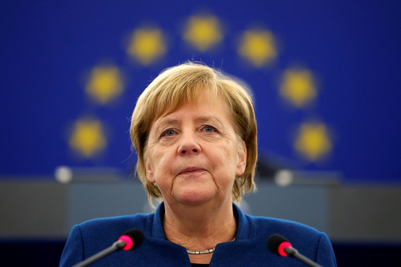 di Alessandro Campi Pragmatica, solida, determinata, anti-retorica, indifferente alla facile popolarità acquisita attraverso i social, un'eccezione nell'epoca della politica-spettacolo e dei capi seduttivamente fatui che vanno e vengono, Angela Merkel è l'unica e ultima statista rimasta in Europa. E proprio alla sua esperienza ultradecennale e alla sua indiscussa autorità politica ci si aggrappa, tra speranze persino esagerate e inevitabili timori d'un Quarto Reich distopico, nel momento in cui la Germania assume per un semestre la presidenza di turno del Consiglio dell'Unione europea.